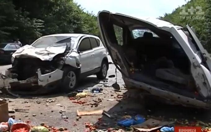 Десять людей постраждали в масштабній ДТП у Вінниці: опубліковано відео