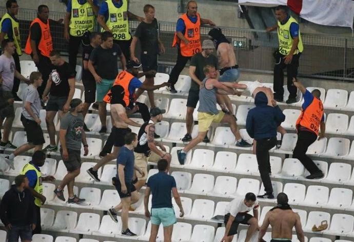 Российские варвары устроили побоище на стадионе Евро-2016: появилось шокирующее видео (1)