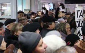 У Вінниці пенсіонери пішли на штурм міськради: з'явилися відео