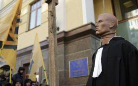 В Киеве жгут дымовые шашки у одного из зданий власти: появились фото