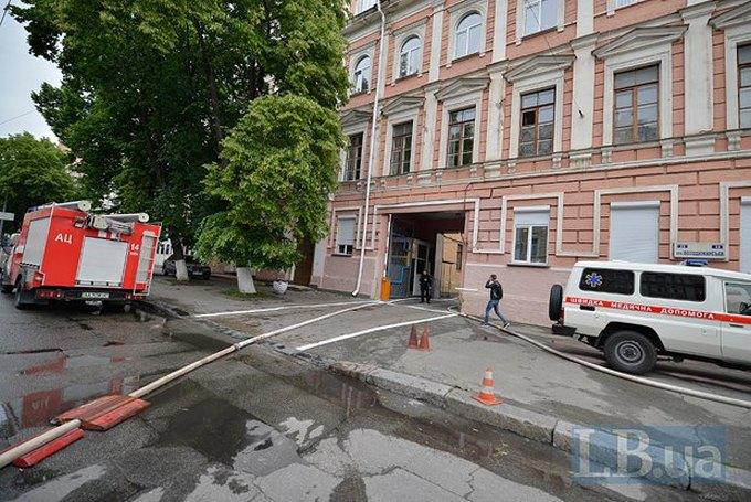 У Києві загорілася будівля поліції: опубліковані фото (1)