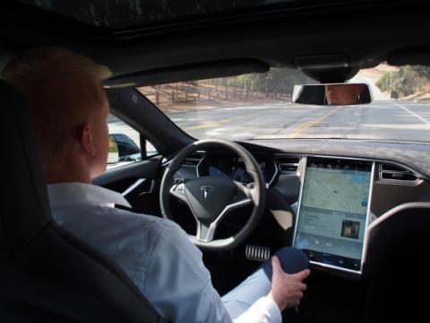 Tesla випустила оновлення з системою напівавтономного водіння для електромобілів