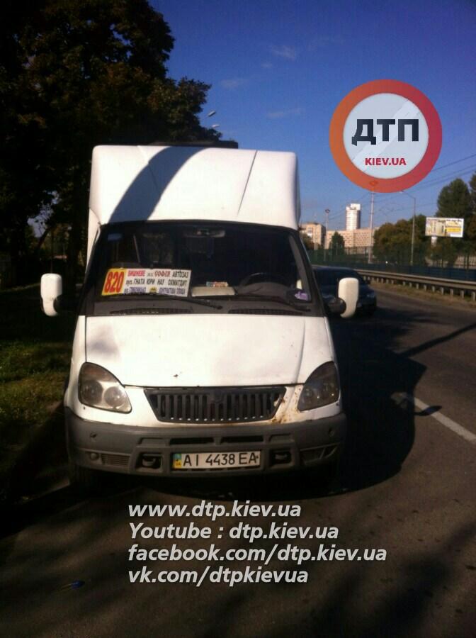 У Києві дівчина випала з маршрутки і ледь не загинула: з'явилися фото (1)
