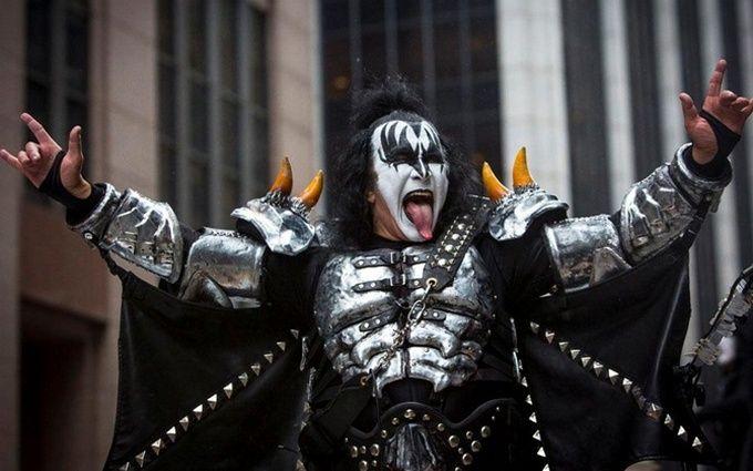 """Лидер группы Kiss Джин Симмонс решил запатентовать рокерскую """"козу"""""""
