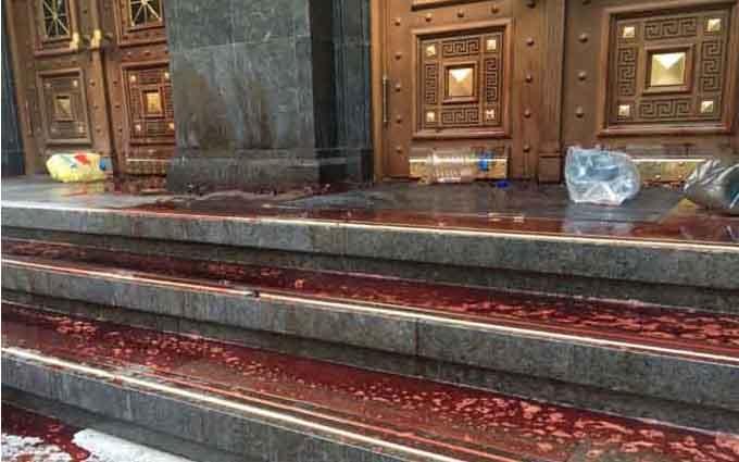 """Будівлю ГПУ залили """"кров'ю"""" і закидали димовими шашками: з'явилися фото"""