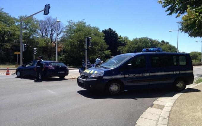 Озброєний чоловік захопив готель у Франції: з'явилися фото