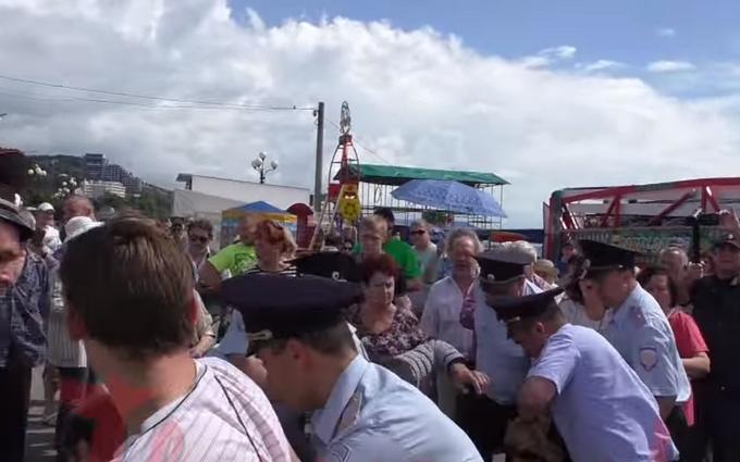 У мережі обговорюють розгін мирного мітингу в Криму: опубліковано відео