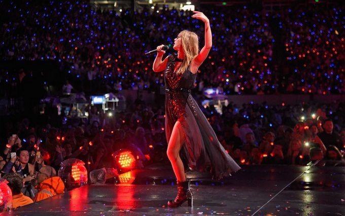 Тейлор Свифт громко оконфузилась на сцене во время концерта: появилось видео