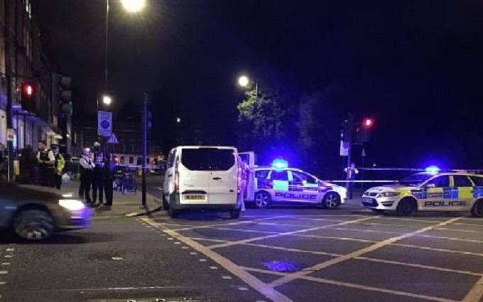У центрі Лондона чоловік з ножем напав на перехожих: опубліковані фото