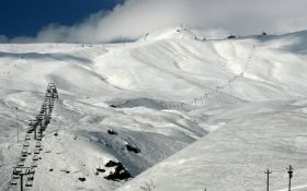 На горнолыжном курорте в Грузии подъемник разбросал людей, пострадали украинцы