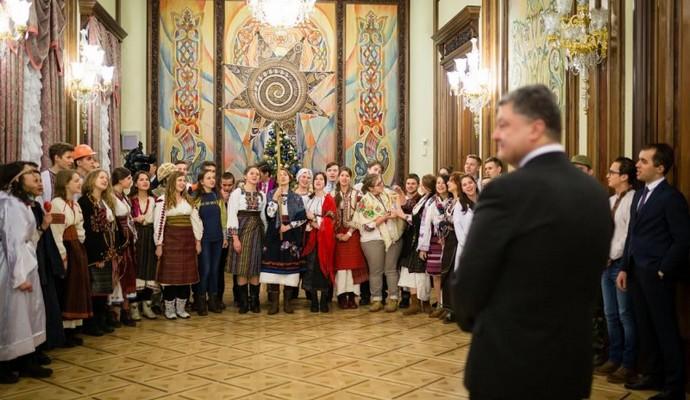 Президента України привітали різдвяним вертепом (4 фото)