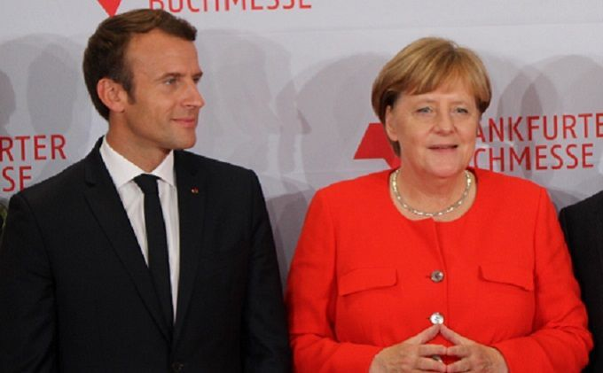 """""""Первое романтическое свидание"""": Меркель и Макрона заметили вместе в баре"""