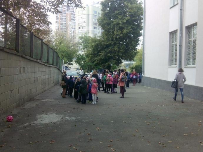 У центрі Києва сотні дітей евакуювали через НП: з'явилося фото (1)