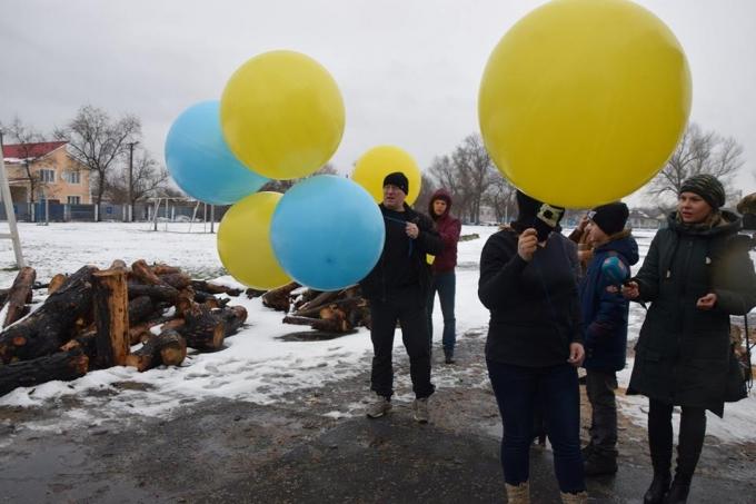 В День Соборности в оккупированный Луганск отправили украинский флаг: опубликованы яркие фото и видео (2)