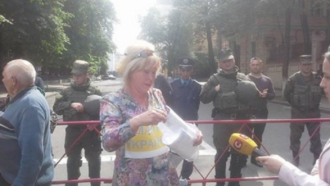 Одіозна прихильниця ДНР влаштувала пікет в центрі Києва: з'явилися фото і відео
