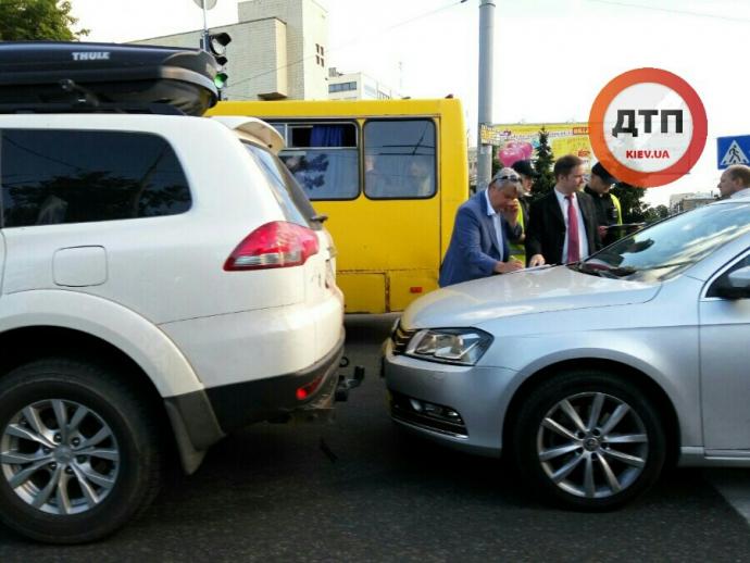 Авто посольства Росії в Києві протаранило позашляховик: з'явилися фото (1)