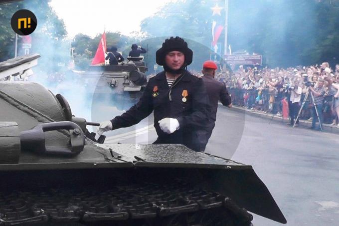 Оккупанты в Крыму чуть не наехали танком на зрителей парада - шокирующие детали (2)