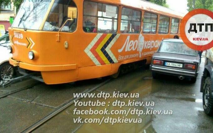 У Києві трамвай зійшов з рейок і зачепив авто: опубліковані фото