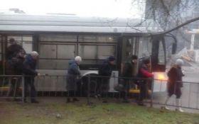 В Крыму троллейбус из России вспыхнул на ходу, в сети язвят: появилось видео