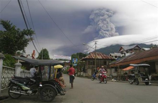 В Индонезии повышен уровень опасности вулкана Сопутан (1)