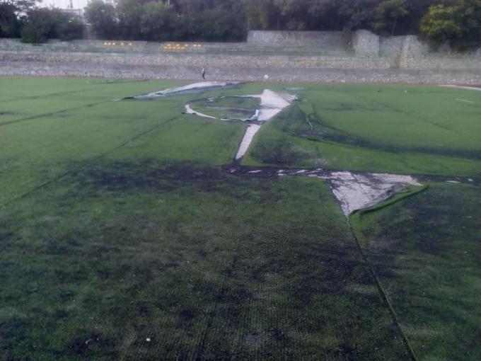На Украину уже не спишешь: сеть шокировали фото разрушенного футбольного поля в оккупированной Ялте (4)