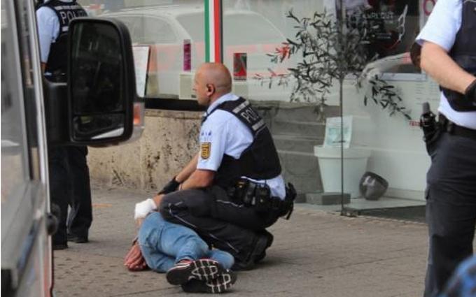 В Німеччині чоловік з величезним ножем атакував перехожих: з'явилися фото