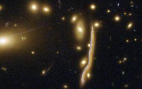 В NASA показали далекую галактику-змею