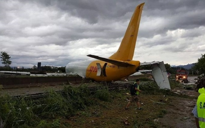 В Італії літак впав прямо на дорогу: з'явилися вражаючі фото