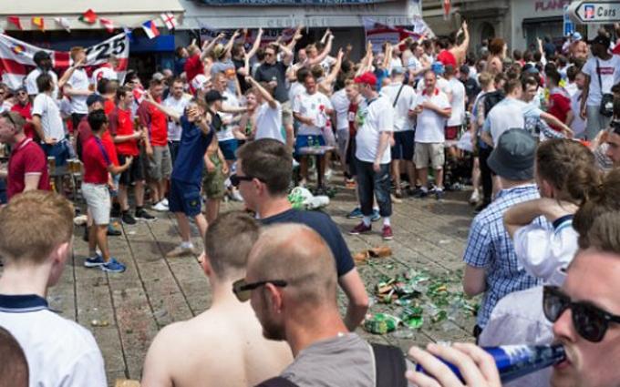 У Путіна обурилися поведінкою англійських уболівальників із прапором Росії: з'явилося відео