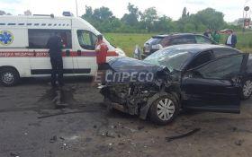 В Киеве неуправляемый грузовик разбил авто: есть пострадавший, появились фото