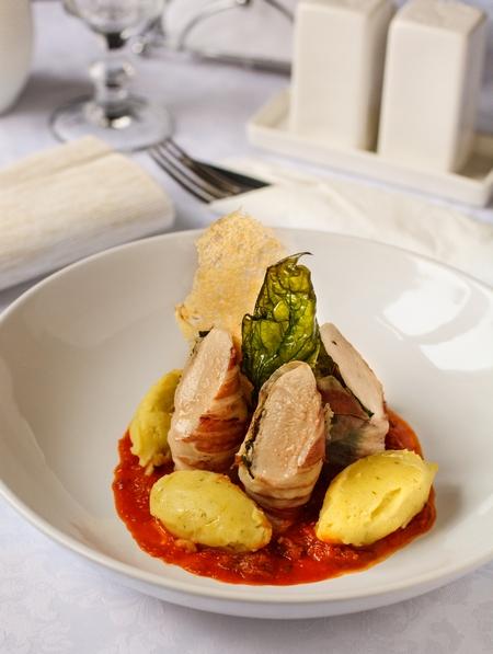 Куриное филе в беконе с соусом из вяленых томатов