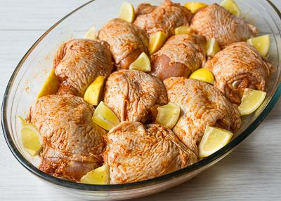 Кладем курицу в форму