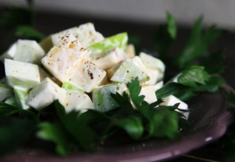 Яблочный салат с сельдереем и сыром (видео)