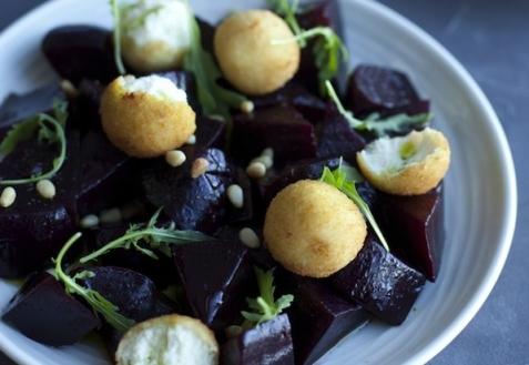 Салат со свеклой и сырными шариками