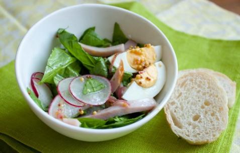 Салат с окороком и шпинатом с горчичной заправкой
