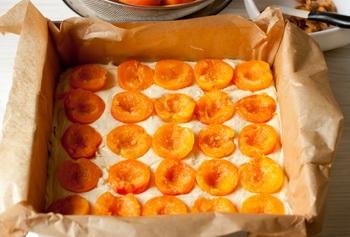 Кладем абрикосы