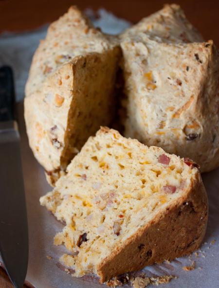 Содовый хлеб с беконом и сыром