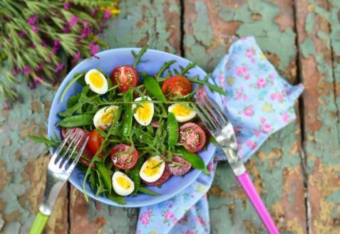 Салат с рукколой, яйцами и помидорами