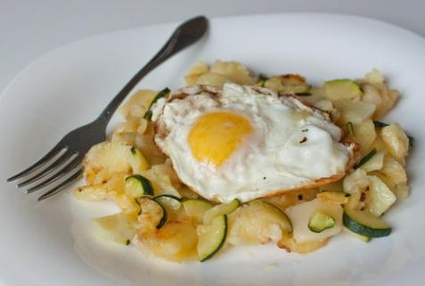 Яйца с жареным картофелем и цуккини