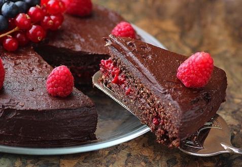 Рецепт - Торт с шоколадом и ягодами