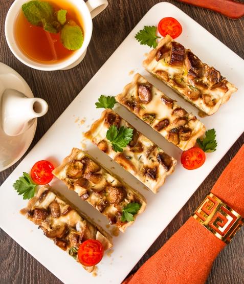 Тарт с белыми грибами и луком-пореем