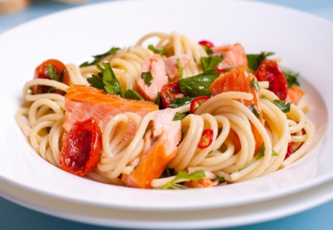 Паста с лососем и помидорами