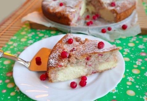 Пирог с творогом и красной смородиной