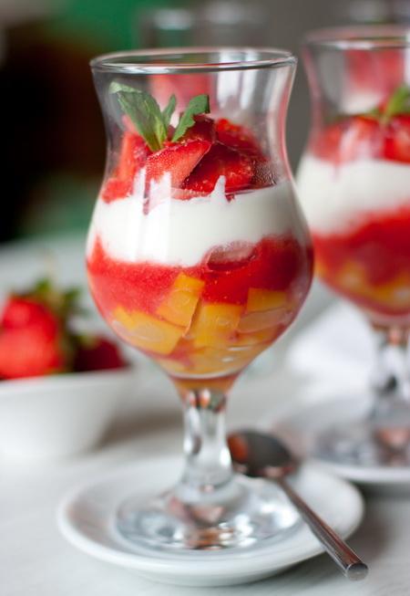 Клубнично-персиковый десерт со сливочным кремом