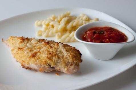Куриные грудки в сырной панировке с томатным соусом