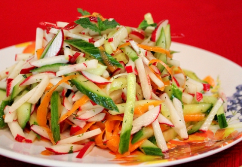 Постные блюда: Салат с редиской, огурцами и морковкой