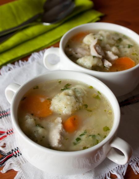 Куриный суп с зелеными клецками