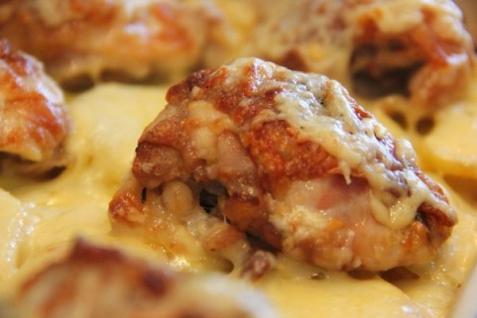 Курица, запеченная с картошкой и сыром