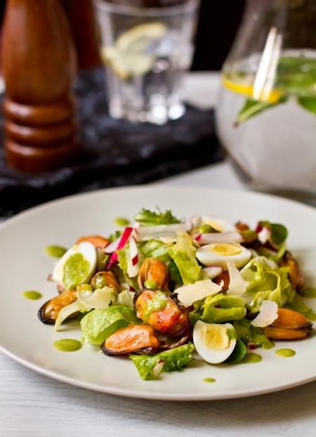 Салат с мидиями в вине, редисом и огурцом