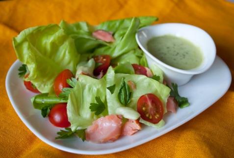 Салат с лососем и помидорками черри